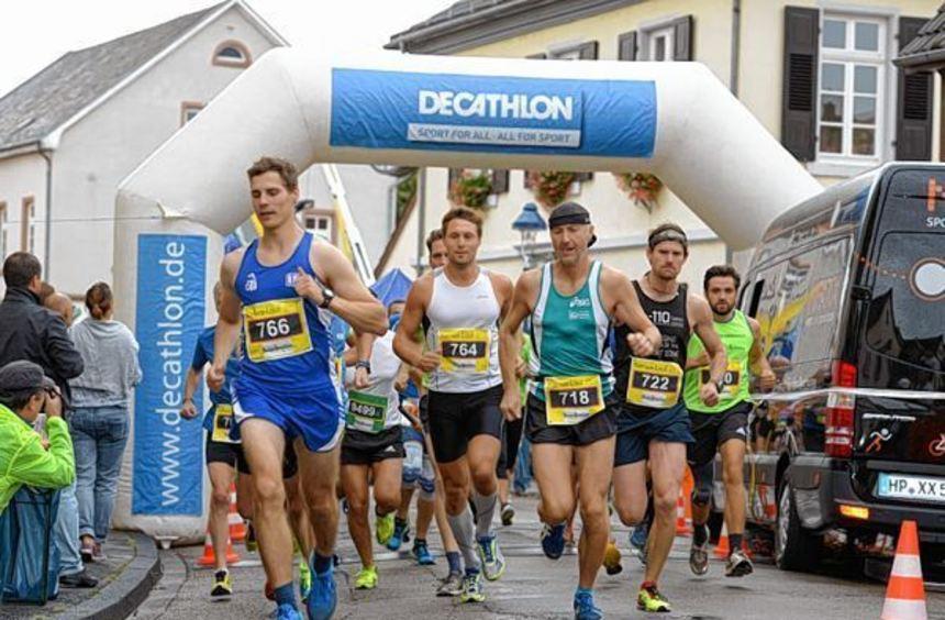 Die späteren Gewinner über zehn Kilometer: Sieger Patrick Klein (Nummer 722), Aron Diechmann (Rang ...