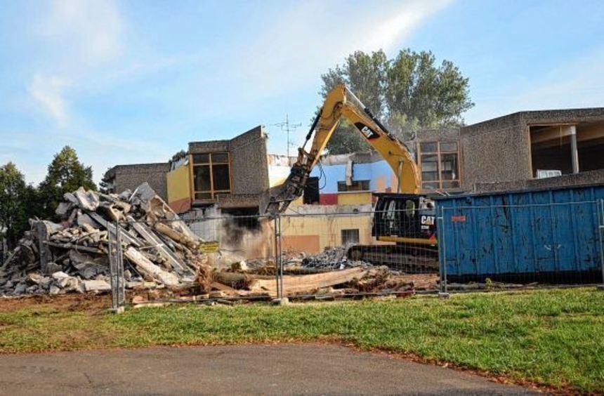 """Der """"richtige"""" Abbruch des früheren Realschulgebäudes im Schulzentrum im Wört wurde jetzt begonnen."""