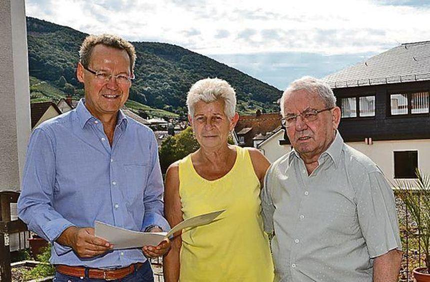 Bürgermeister Höfer (links) gratuliert dem Ehepaar Beyer zur Goldenen Hochzeit und überreicht die ...
