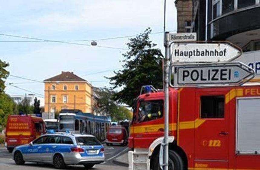 Die Einsatzkräfte von Polizei und Feuerwehr am Unfallort.