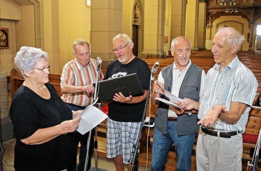 """Senioren von 60plus bei der Aufnahme des Hörspiels """"Sei ein Segen"""": Dietlinde Blank, Walter Weiß, ..."""
