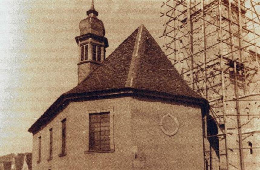 Die historische Aufnahme zeigt das barocke Kirchlein, das vor über 100 Jahren aus dem Ortsbild ...