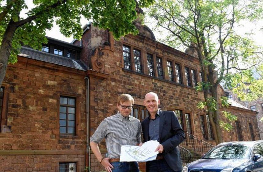 Christian Franke (li.) und Achim Judt (GBG/MWSP) erläutern Pläne für den Quartiersplatz und das ...