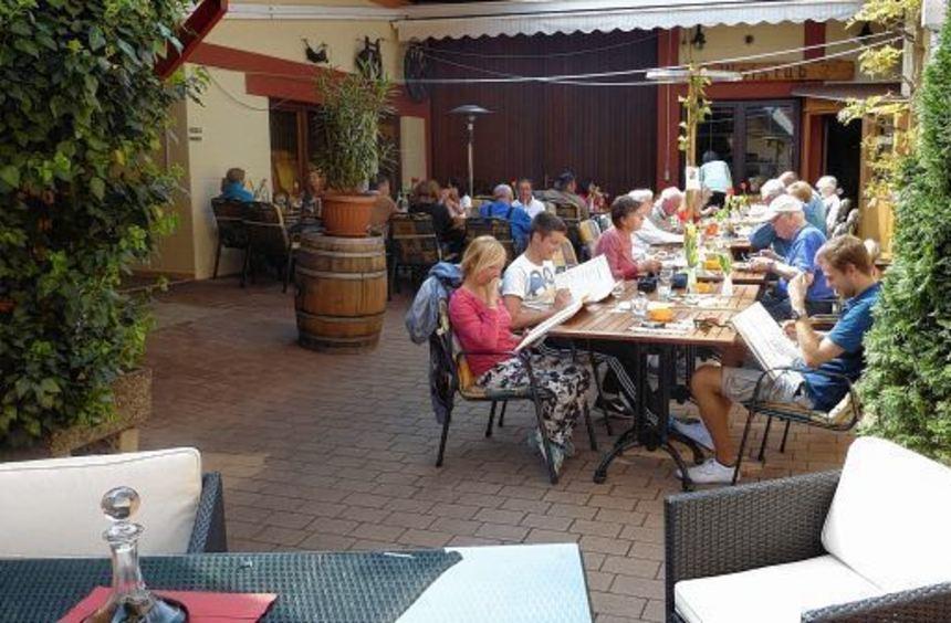 Wenn das Wetter es zulässt, können die Gäste noch bis in den Oktober hinein auf der Terrasse des ...