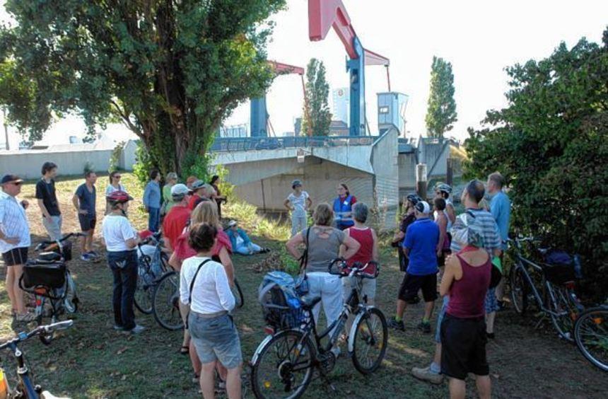 An mehreren Stationen machten die Teilnehmer der Radtour Halt, um mehr über die Geschichte des ...