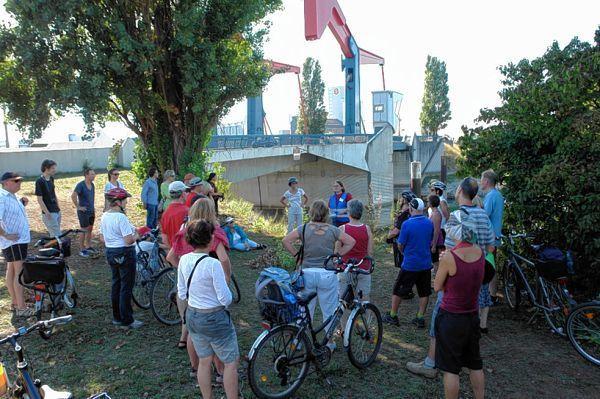 An mehreren Stationen machten die Teilnehmer der Radtour Halt, um mehr über die Geschichte des Industriehafens zu erfahren. © jba