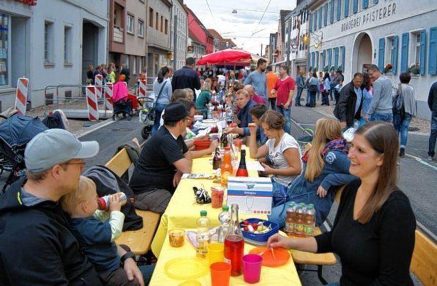 An einer großen Tafel auf der Hauptstraße haben die Seckenheimer am Wochenende das Ende der ...
