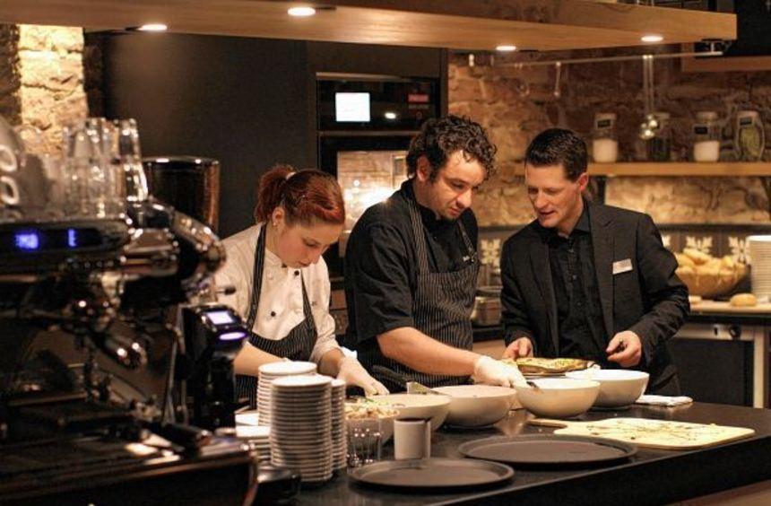 In der Küche des Grenzhofs wird Teamwork groß geschrieben.