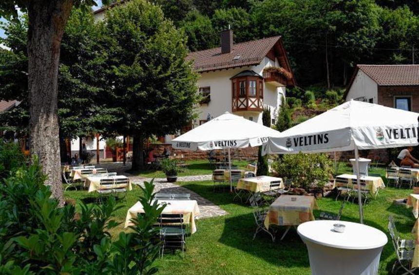 Das im Isenachtal liegende Gasthaus Alte Schmelz lockt viele Wanderer, Urlauber und Spaziergänger ...