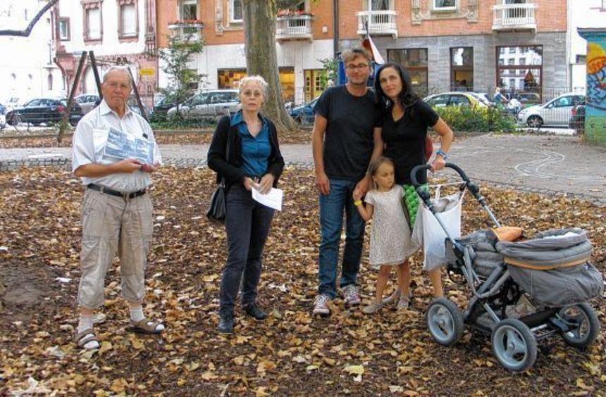 Horst Staub, Roswitha Henz-Best, Bernhard Kreiter und Familie mit Klara (v.li.n.re) stehen auf der ...