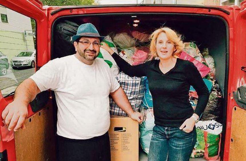 Murat Uguz und Ute Münch vor dem Transporter mit den Spenden aus dem Kindergarten St. Elisabeth in ...