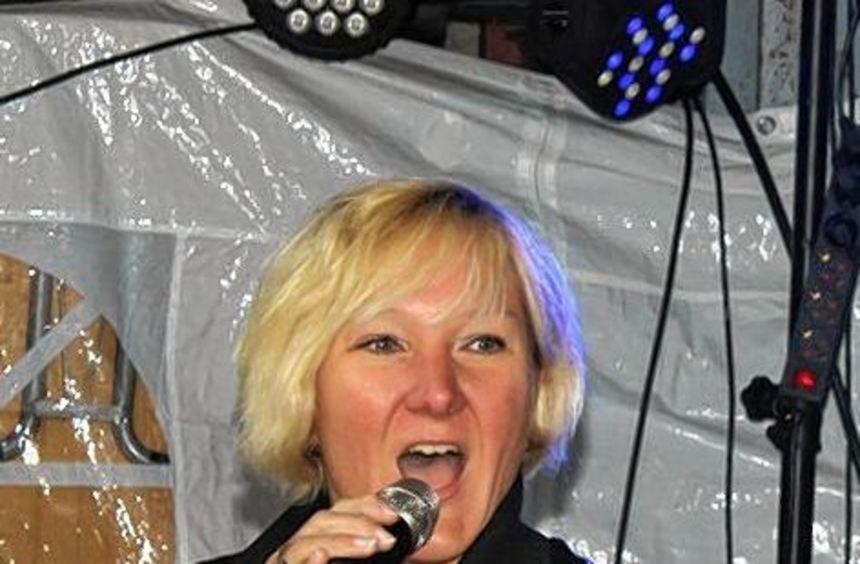 Tamara Pusch beim Auftritt im Innenhof der Firma Mühlberger.