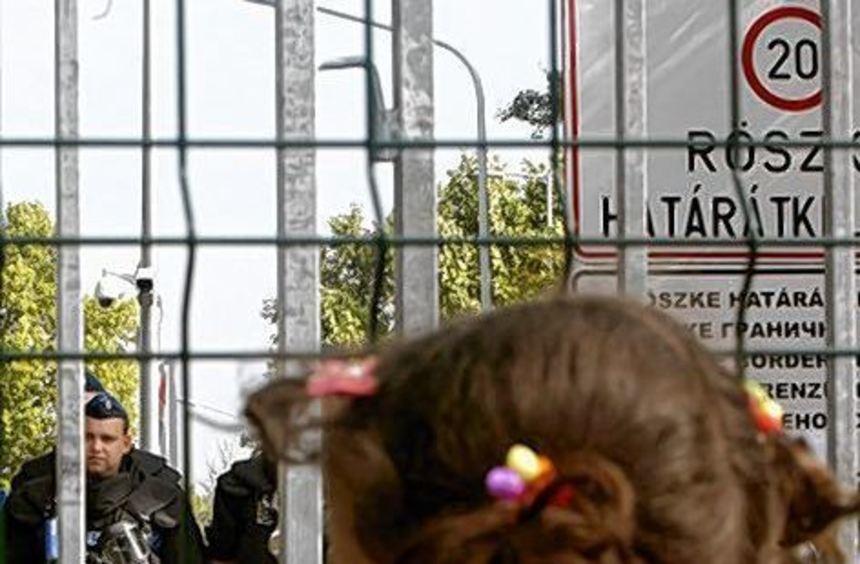 Ein Mädchen an der Grenze zwischen Ungarn und Serbien.