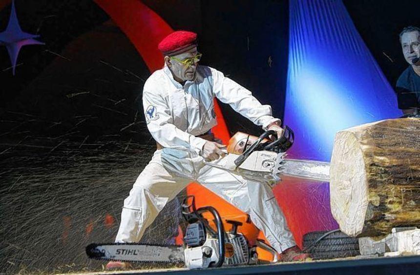 Zu Musikbegleitung schafft Guntram Prochaska heute (18.) mit der Kettensäge Skulpturen in der ...
