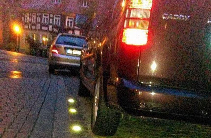Die neuen Markierungsnägel mit Reflektoren in der frisch sanierten Kirchenstraße (Bild links) ragen ...