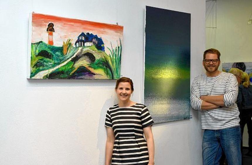 """Stellen ihre Werke aus: Cécile Birkle (hier mit ihrem Bild """"Das Haus auf dem Berg"""") sowie Timothy ..."""