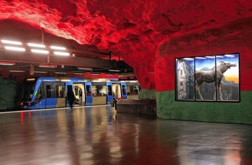 Der blutrote Himmel an der Station Solna Centrum ist ein politisches Statement des Künstlers: Er ...