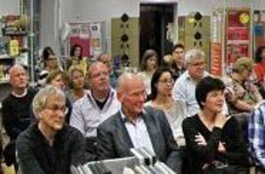 Rolf Lappert (r.) nimmt die Zuhörer in der Stadtbibliothek sofort mit und trägt sich mit seiner ...