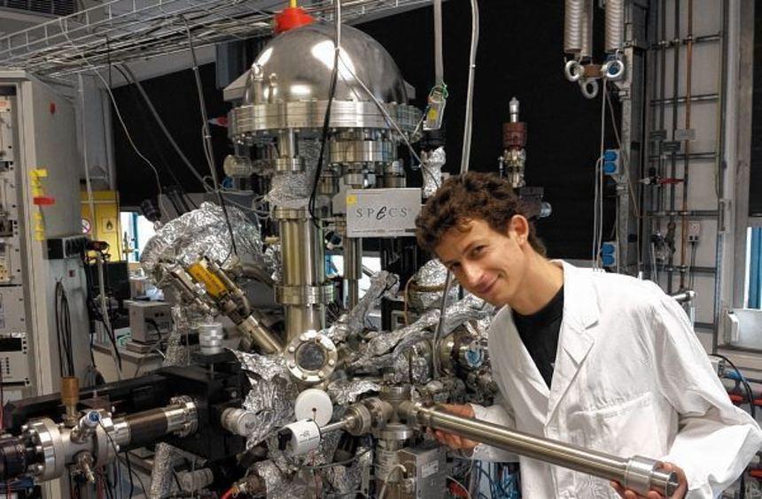 Matthias May vor einer Ultrahoch-Vakuum Anlage, an der Röntgen-Photoelektronenspektroskopie ...