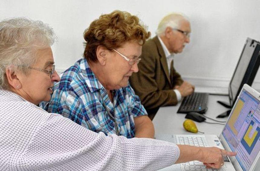 """Thema beim Geriatrischen Symposium: Oma lernt """"skypen"""". Johanna Zurborg (75,li.) erklärt auf ..."""