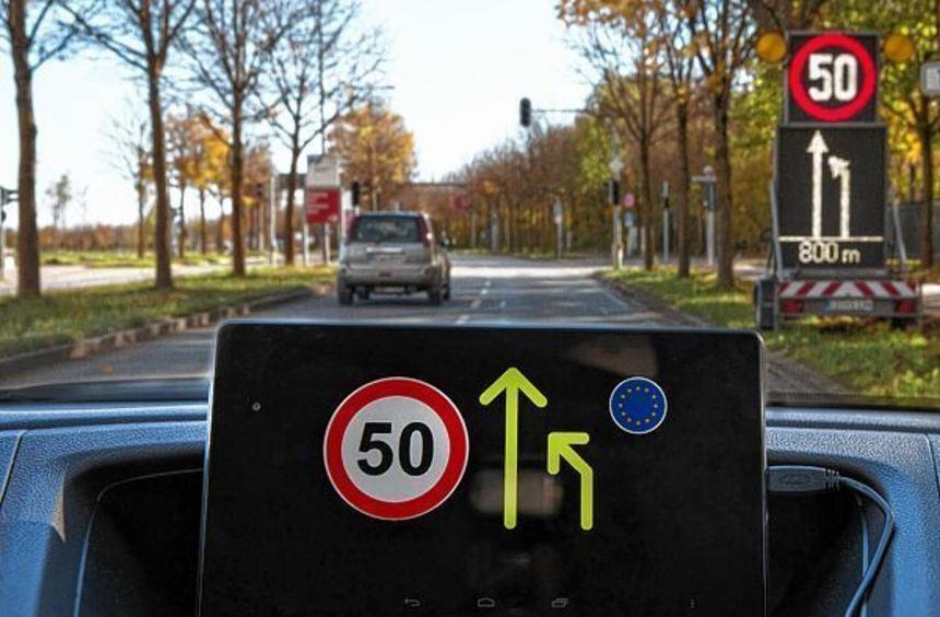 Warnungen sollen in Zukunft ins Auto übertragen werden, so dass der Fahrer früh informiert ist.