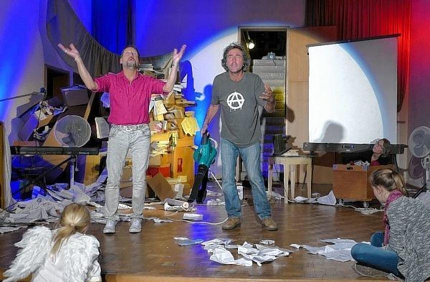 """Das Theater Relatief spielt """"Einige Nachrichten an das All"""", ein Stück von Wolfram Lotz. Karten ..."""
