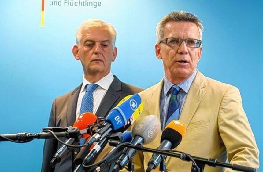 BAMF-Präsident Manfred Schmidt (links) ist zurückgetreten, aber die Kritik an Innenminister Thomas ...