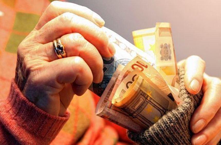 Auskommen mit dem Einkommen: An vielen Stellen können Rentner Geld einsparen, etwa mit einem ...