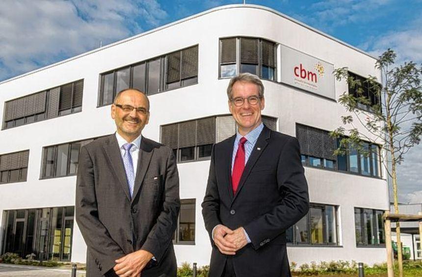Die CBM-Geschäftsführer Dr. Rainer Brockhaus (re.) und Dr. Peter Schießl vor der neuen Zentrale im ...