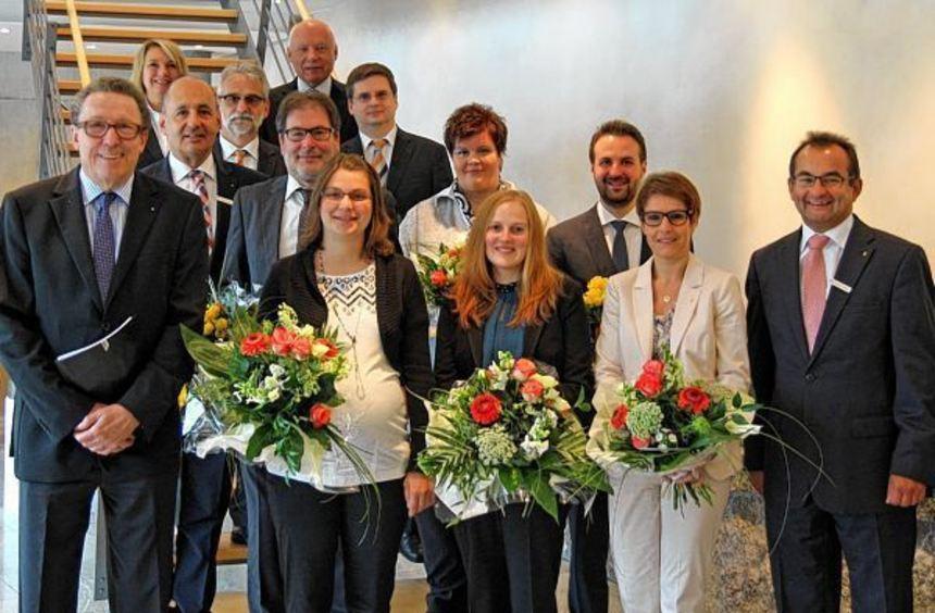 Vorstandsvorsitzender Klaus Saffenreuther (links) ehrte verdiente Mitarbeiter der Volksbank ...