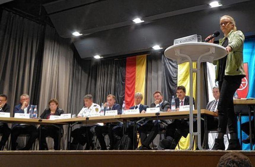 Bürgerversammlung mit hochkarätigen Gästen in Hardheim. Die Moderation hatte Friederike Kroitzsch.