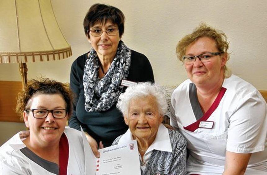 Ihren 95. Geburtstag feierte Paula Ziegler im Bonhoeffer-Haus unter anderem mit Gerda König, ...