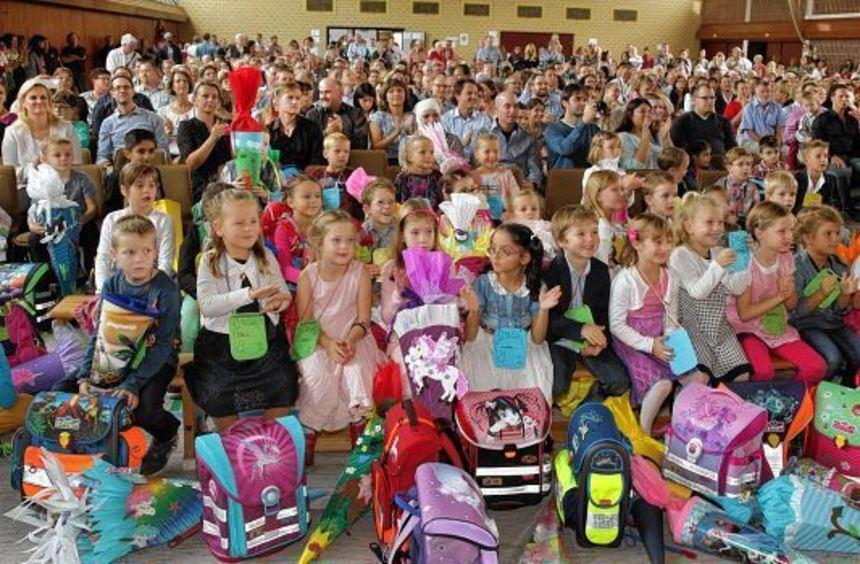 Gebannt verfolgten gestern Nachmittag die neuen Erstklässler und ihre Familien in der Kurpfalzhalle ...