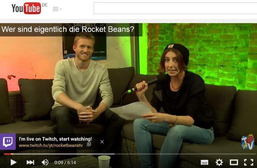 André Schürlle bei Rocket Beans TV mit Moderatorin Sofia Kats.