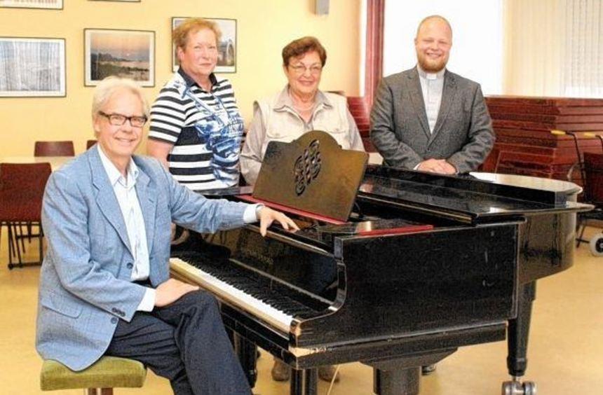 Thomas Jandl (links) an seiner neuen Wirkungsstätte: Er leitet den Kirchenchor, der durch Kaplan ...