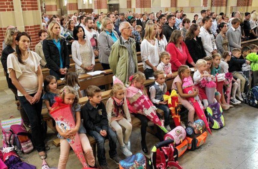 Mit einem Gottesdienst begannen die Erstklässler gestern Nachmittag ihren ersten Schultag. ...