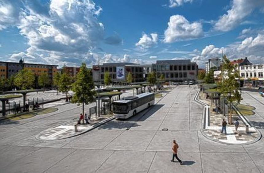 """Der neue Busbahnhof in Hanau mit dem Einkaufs- und Kulturzentrum """"Forum Hanau"""", im Hintergrund der ..."""
