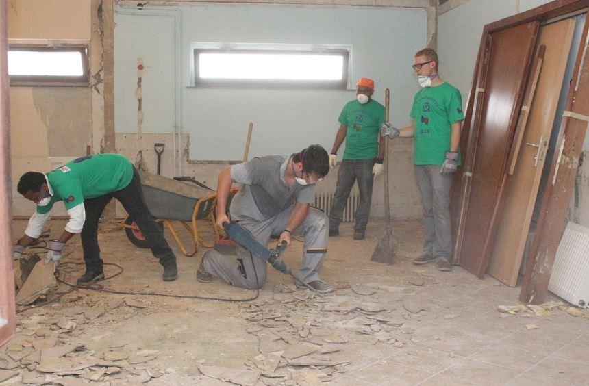Totalsanierung beim Freiwilligentag: Mit schwerem Gerät wird der Fliesenboden im Pfadfinderheim ...