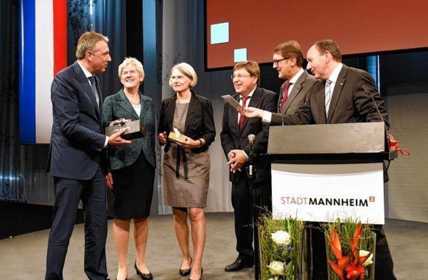 Peter Kurz (li.) mit Bürgermeistern Kuballa, Freundlieb, Quast, Grötsch und Specht (v.l.), ...