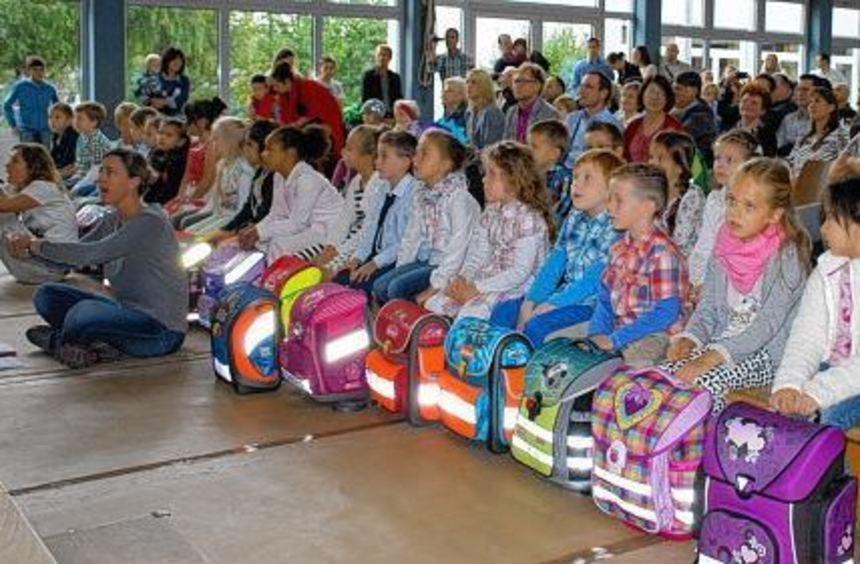 Gespannt verfolgten die neuen Erstklässler an ihrem ersten Schultag das Theaterstück der ...