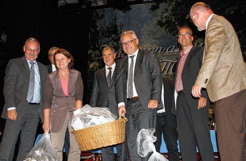 Rund 12 000 Protestkarten begleiten die Bundestagsabgeordneten Annette Sawade (SPD, Zweite von ...