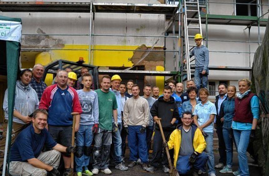 Mitarbeiter der Volksbank Kurpfalz entkernten das Erdgeschoss des Gelben Hauses im Talhof.