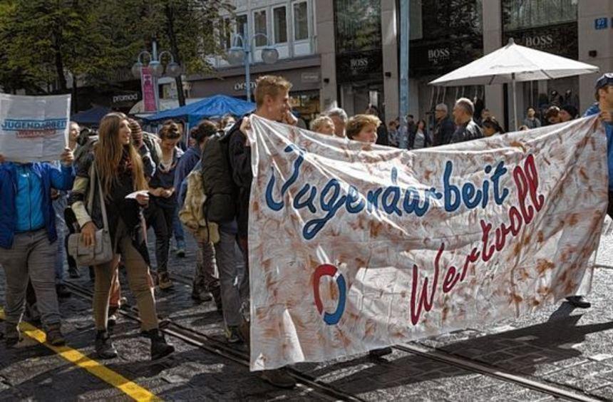 Etwa 250 Menschen beteiligten sich am Samstag am Demonstrationszug durch die Innenstadt und an der ...