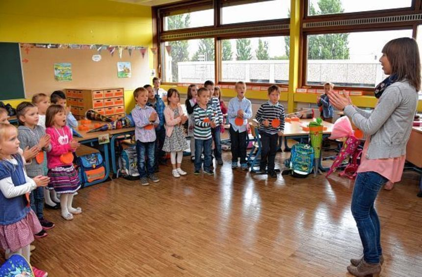 Start ins Schulleben: Die Klasse 1 a der Hartmann-Baumann-Schule übt mit ihrer Lehrerin Jasmin Link ...