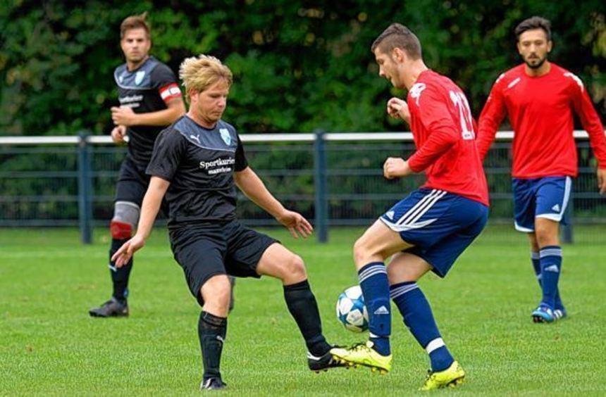 Einen Tanz um den Ball liefern sich Seckenheims Niklas Bosch (links) und Lividon Gashi von ...
