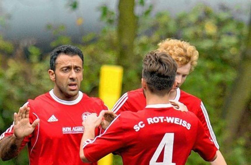 Spät, nicht zu spät: Cemil Tasdemir (links) rettete Rheinau beim FC Türkspor einen Punkt. Richard ...