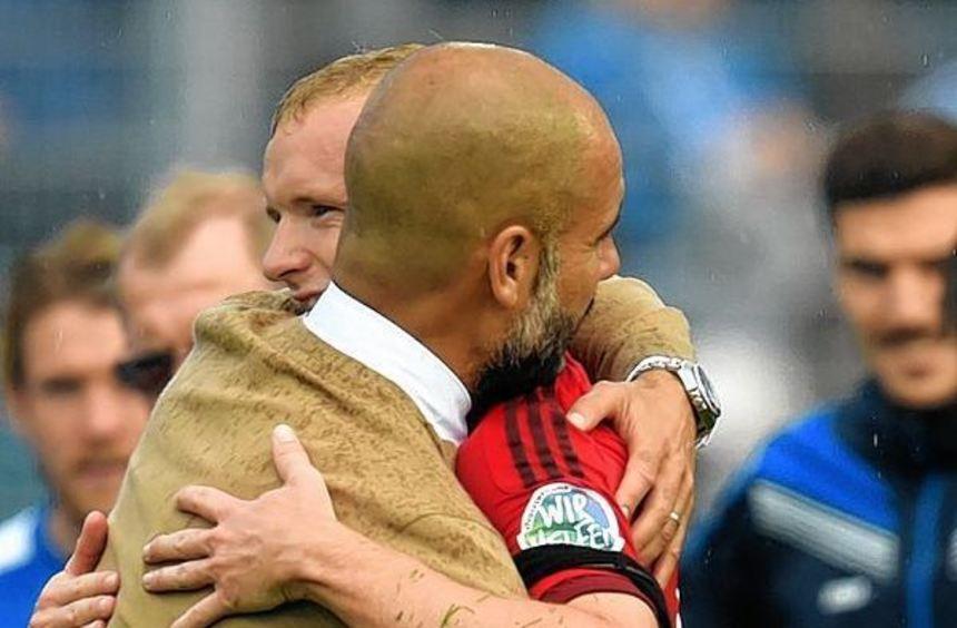 Eine Umarmung für seinen besten Mann an diesem Nachmittag in Südhessen: Pep Guardiola (links) herzt ...