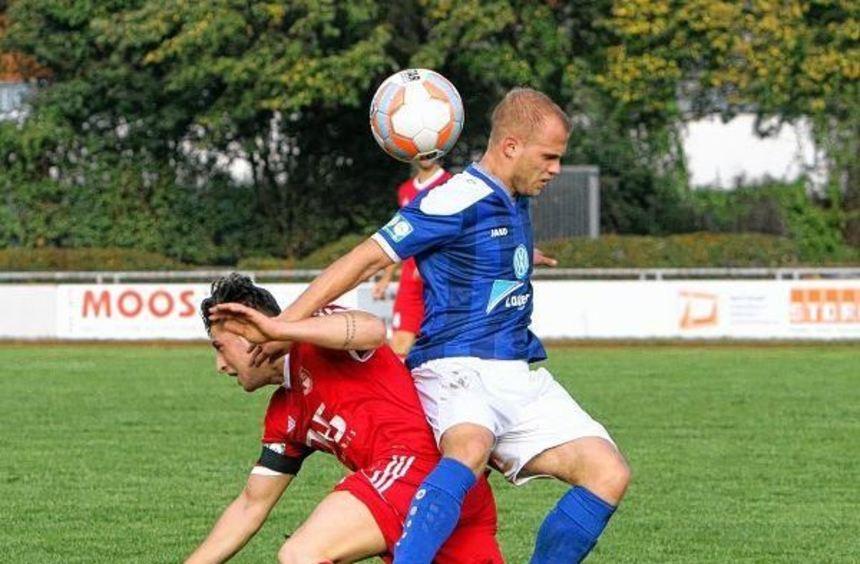 Der eingewechselte Malek Örum (rotes Trikot) brachte noch einmal frischen Wind in das Angriffsspiel ...