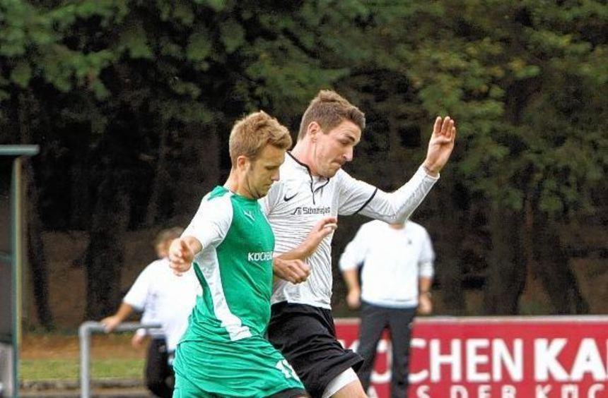 Einen Schritt voraus: Reilingens Torjäger Patrick Rittmaier (weißes Trikot) gegen Matthias Prokop.