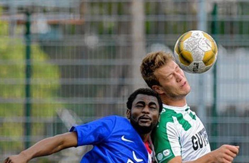 Timamo Guenbu von der SG (li.) im Duell mit Viernheims Michael Otlik.
